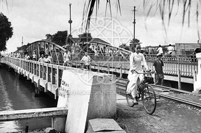 1948年頃のダカオ橋。当時は鉄橋であった。 Pictures from history