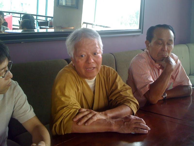 2010年5月1日 石川文洋氏と山元さん。 ベトナム戦争終結35周年を記念して、ベトナム政府から招待された石川文洋さんを囲んで。